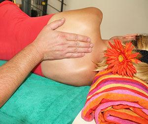 背中のコリ-原因-自律神経-内臓-左側-中央-肩甲骨-息苦しい-病気-胃-画像.jpg