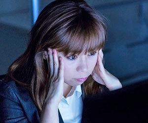 慢性頭痛-原因-症状-突然の激痛-吐き気-タイプ-女性画像.jpg